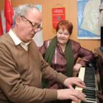 Выпускник Владимир Митраков играет для мамочки